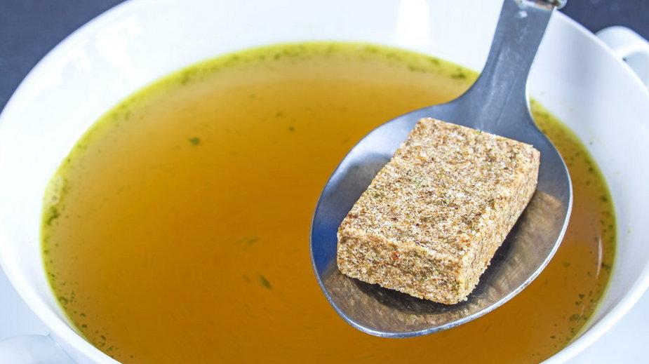 Trzy główne składniki kostek rosołowych to sól, utwardzony tłuszcz roślinny i wzmacniacz smaku – glutaminian monosodowy. Czy kostki rosołowe są zdrowe?