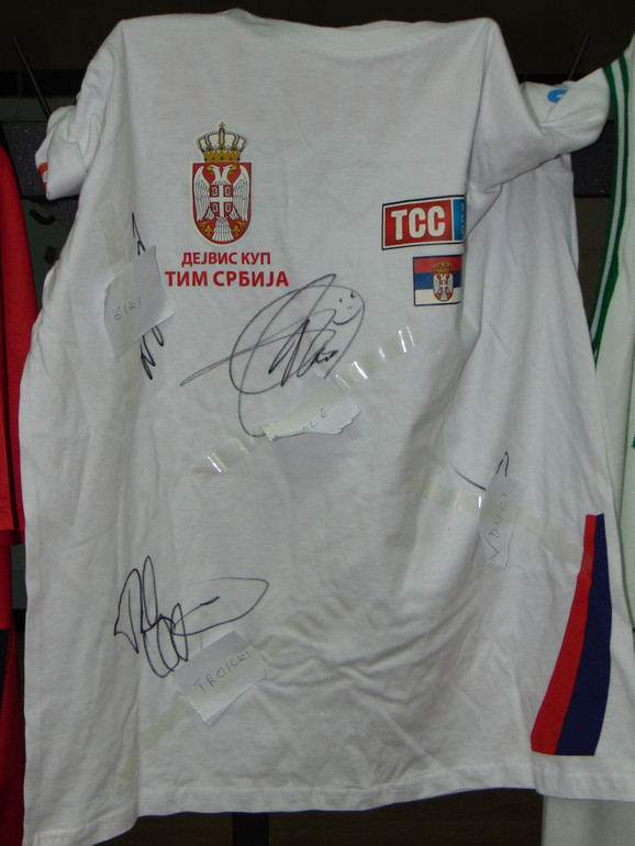 Majica koju su potpisali članovi Dejvis kup reprezentacije Srbije medju kojima i Novak Đoković