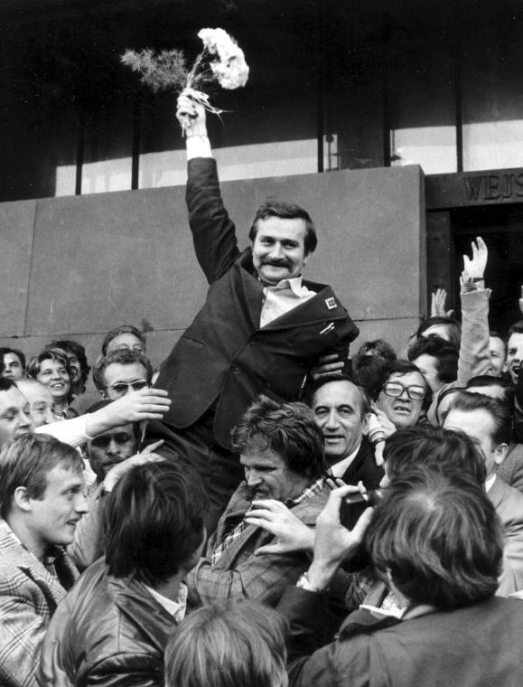 """Lech Wałęsa wynoszony na rękach po złożeniu wniosku o rejestrację NSZZ """"Solidarność"""", Warszawa, 24 września 1980 r."""