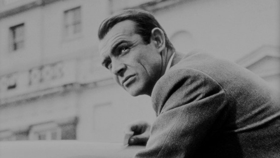 "Sean Connery jako James Bond w filmie ""Goldfinger"" (1964)"
