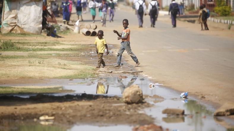 Przenosząca się za pośrednictwem zanieczyszczonej wody choroba wymknęła się spod kontroli na początku września. Potwierdzono wówczas w Harare śmierć pięciu osób i kilkadziesiąt przypadków zarażeń. Po dwóch tygodniach władze mówią już o największej epidemii od lar, nie żyje 28 osób, jest ponad 5 tysięcy pacjentów. Poprzednia epidemia, z lat 2008-2009, pochłonęła - według różnych szacunków - od 1,5 tysiąca do 3 tysięcy ofiar śmiertelnych i nie została opanowana do dziś.