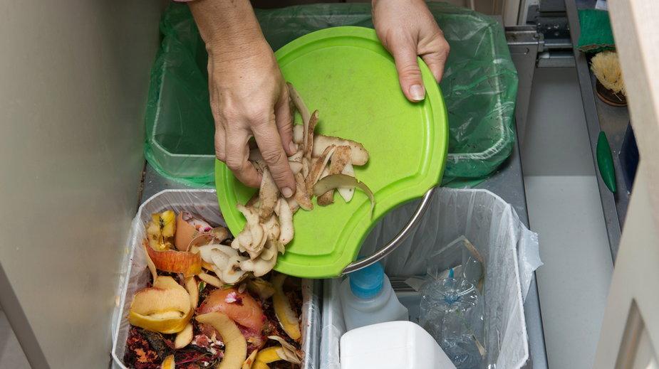 Jak sobie radzić z segregowaniem śmieci w małej kuchni?
