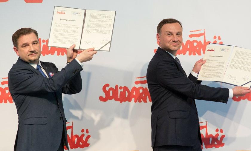 Piotr Duda z Andrzejem Dudą. Podpisali umowę, a w niej znajduje się zapis dotyczący emerytur stażowych.