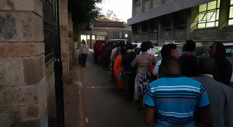 Kenyans queuing at a govt office (Twitter @currie_powder)