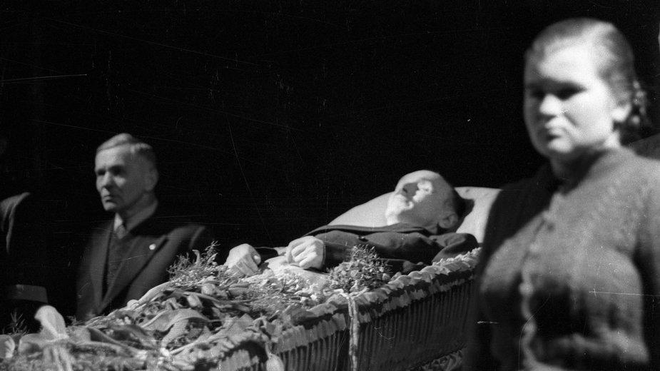 Trumna z ciałem Bolesława Bieruta w gmachu Komitetu Centralnego PZPR