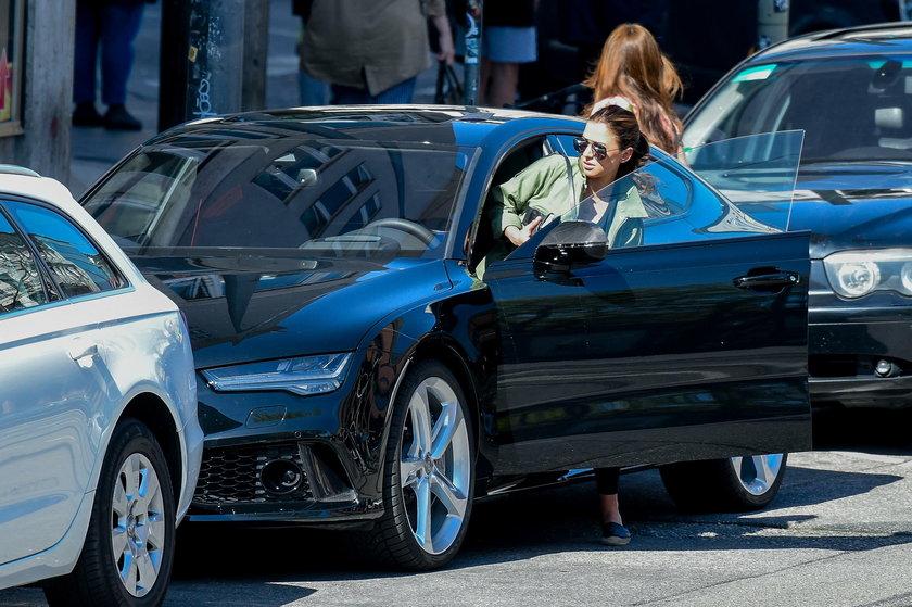 Anna Lewandowska wsiada do samochodu