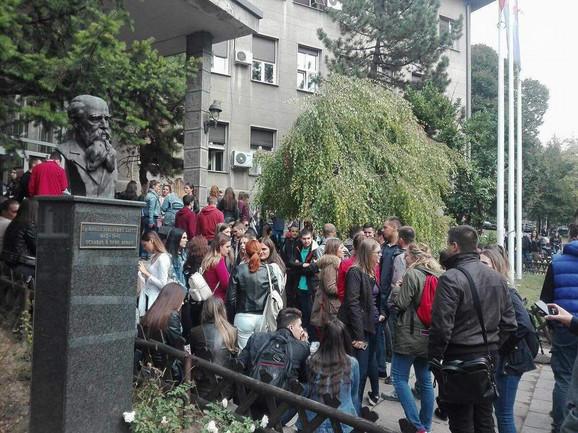 Studenti okupljeni ispred ulaza u fakultet