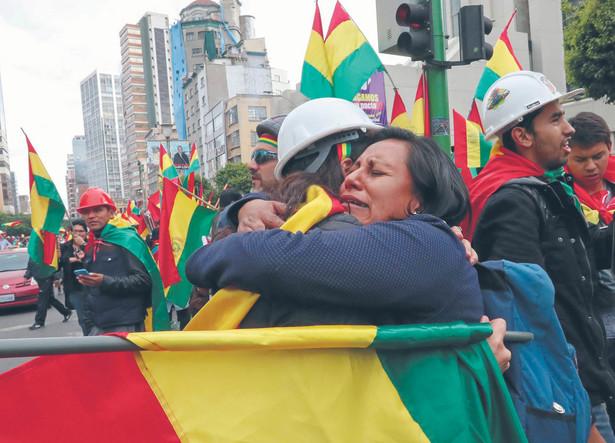 fot. Martin Alipaz/EPA/PAP Boliwia. Mieszkańcy kraju w proteście przeciw prezydentowi Evo Moralesowi stawiali barykady na skrzyżowaniach głównych ulic w miastach. Skutecznie. Prezydent uciekł do Meksyku, gdzie otrzymał azyl