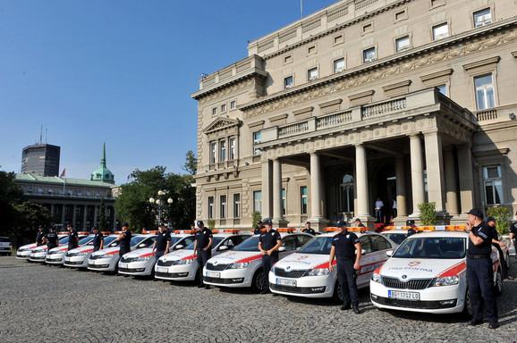 Novi automobili ispred Starog dvora
