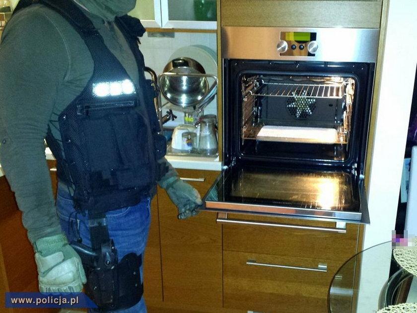 Policjanci CBŚ przeszukują wrocławskie mieszkanie jednego z 25-latków