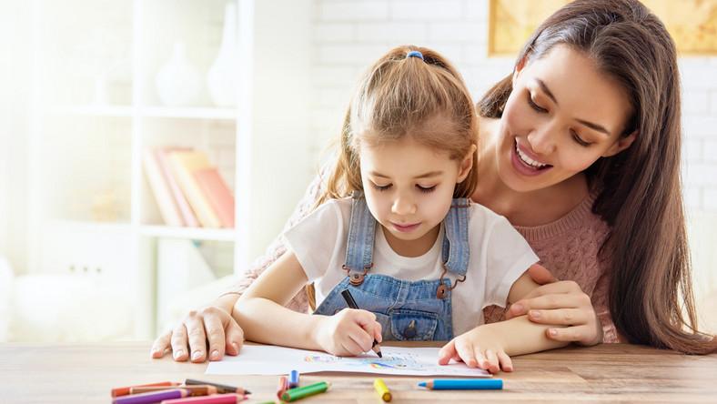 dodatkowy zasiłek opiekuńczy, opieka, dziecko, dom, mama, rodzina, kredki, malowanie, lekcje. / fot. Shutterstock