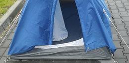 MOPS kazał lokatorkom spać w namiocie