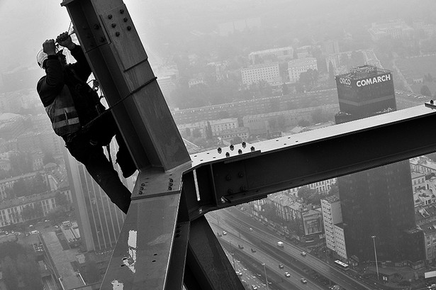 28 października zespół 7 monterów wysokościowych zakończył montaż stalowego szczytu Złotej 44. W niedzielę wieczorem wierzchołek apartamentowca rozbłysnął błękitną iluminacją, która będzie włączana każdego wieczoru do Sylwestra. Zdjęcie: Złota 44 (c) ORCO fot. Krzysztof Wierzbowski