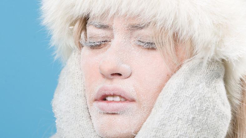 Ochrona skóry wymaga szczególnej uwagi zimą. W tym trudnym okresie należy stosować kosmetyki z lipidami, które uszczelniają płaszcz ochronny skóry. Nie sprawdzają się za to kosmetyki intensywnie matujące skórę - ostrzega ekspert
