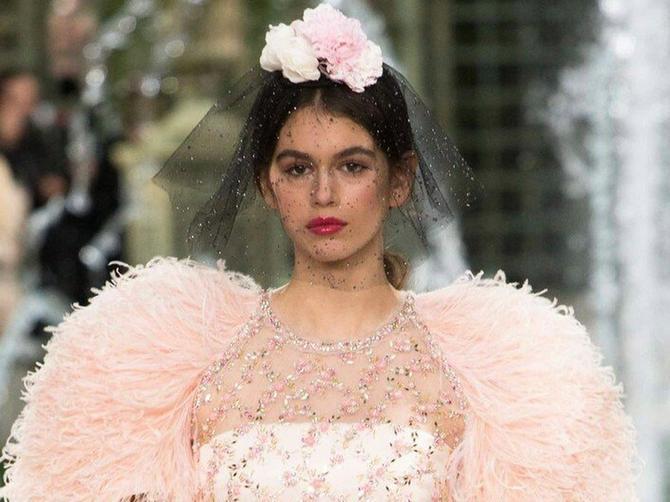 Ima samo 16 godina, a ceo modni svet bruji o njenom debiju na Šanelovoj reviji: Ćerka Sindi Kroford preti da zaseni slavnu majku