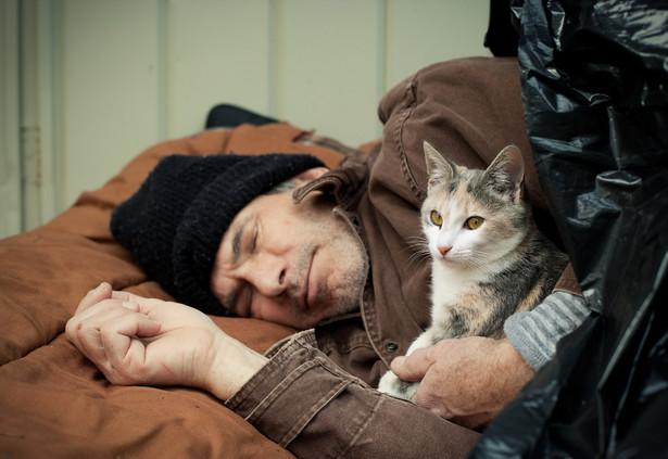Duże trudności wiążą się z realizacją przez osoby bezdomne prawa do opieki długoterminowej.