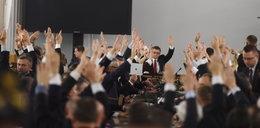 Tajemnicze osoby na głosowaniach w Sali Kolumnowej. Kuriozalne tłumaczenia Kancelarii Sejmu