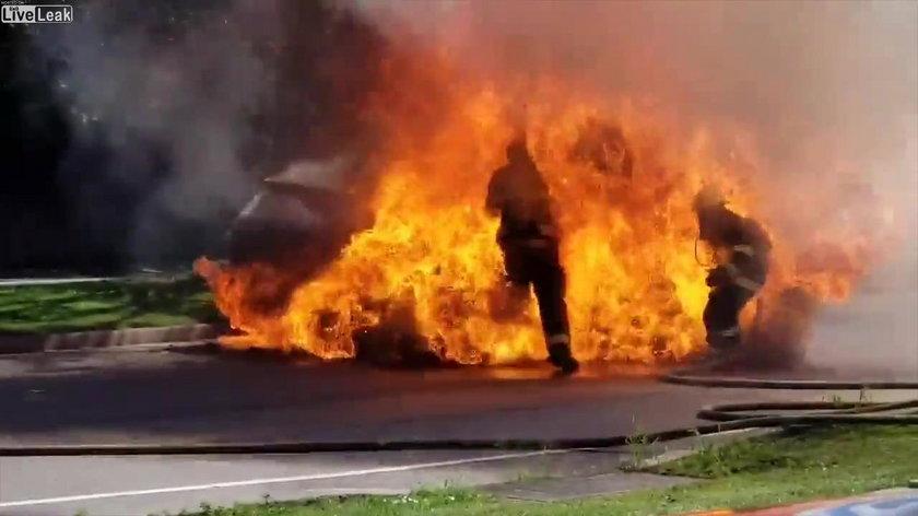 Strażak gasił samochód. Gdy podszedł bliżej, stało się coś przerażającego