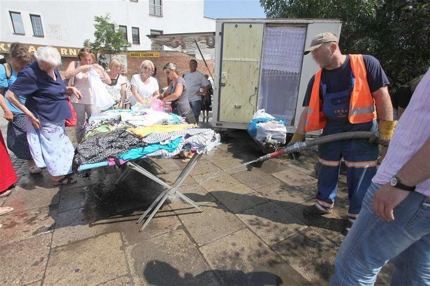 Władze miasta przeganiają kupców wodą