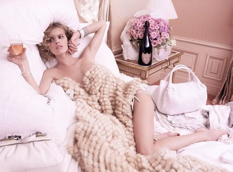 Herzigova w zmysłowej sesji reklamuje szampana