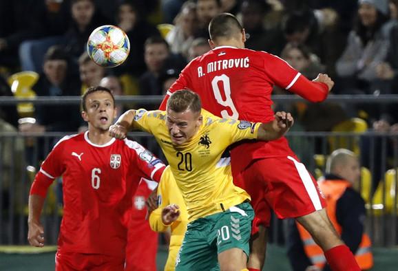 Aleksandar Mitrović u duelu sa fudbalerom Litvanije