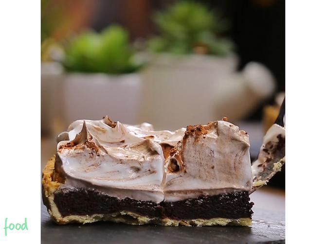 Tart od čokolade je slatkiš koji jednostavno ne može da razočara! Probajte i uverite se!