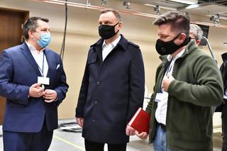 Koordynuje prace na Stadionie Narodowym. Dr Zaczyński mimo kontaktu z Andrzejem Dudą nie udaje się na kwarantannę
