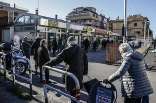 W Rzymie wstęp do sklepów regulują pracownicy ochrony. Obowiązuje limit