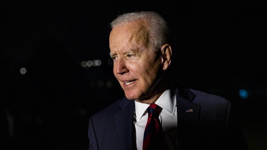 Joe Biden rozmawia z dziennikarzami