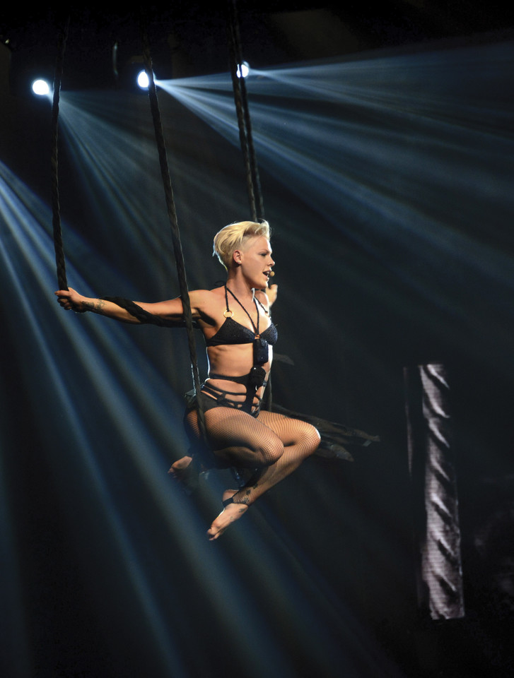 "Pink podczas koncertu z trasy ""The Truth About Love Tour"""