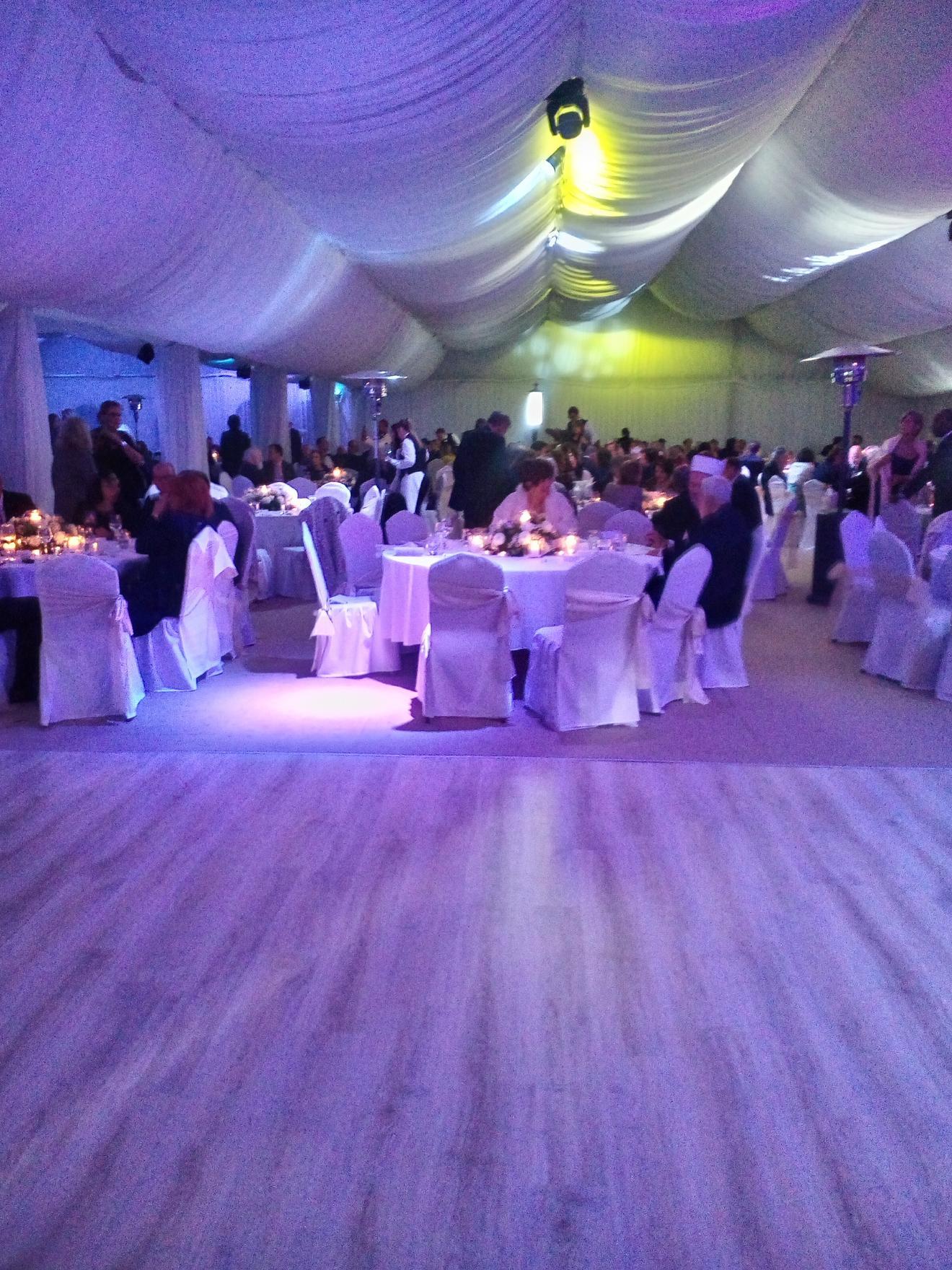Pod ovim belim šatorom u dvorištu Belog dvora održana je svečana večera