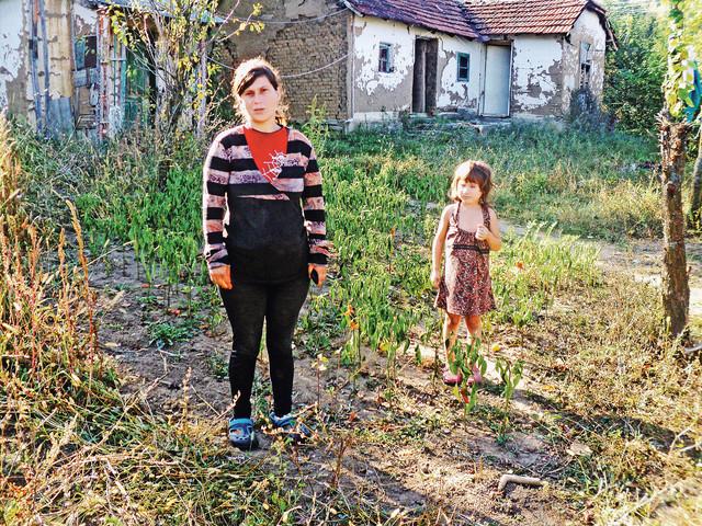 Tijana i njena mama imaju samo jednu sijalicu, ali i dug za struju od 60.000 dinara