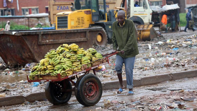 Rozprzestrzenianiu się choroby sprzyja deszczowa pogoda i wszechobecne błoto, uciążliwe zwłaszcza na bazarach, gdzie miejscowa ludność chętnie zaopatruje się w zapasy żywności. Jeśli dodać do tego fatalny stan sanitarny i problemy z dostępem do czystej bieżącej wody, od razu wiadomo, dlaczego dur brzuszny zbiera tak obfite żniwo. Zdaniem lekarzy sytuacja ta najpewniej ulegnie pogorszeniu i zanim uda się opanować epidemię, należy się spodziewać jeszcze wielu kolejnych jej ofiar w Zimbabwe. Fotoreporter agencji EPA pokazał, jak wygląda jeden z bazarów w Harare. Jest to także jedno z potencjalnych ognisk zakażenia durem brzusznym.