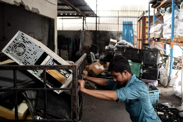 Setki tysięcy ton niepotrzebnej elektroniki trafiają na wysypiska śmieci, najczęściej gdzieś daleko - do Afryki albo Azji