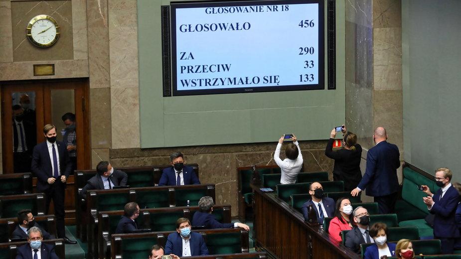 Sejm zdecydował w sprawie Funduszu Odbudowy. Fala komentarzy
