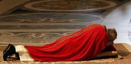 Papież modlił się leżąc przed ołtarzem