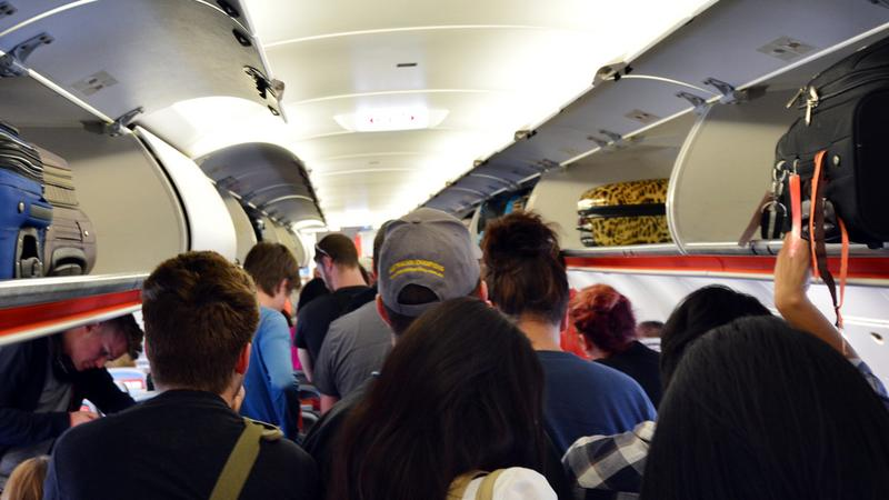 Naukowcy zbadali, kiedy najłatwiej złapać wirusa w samolocie