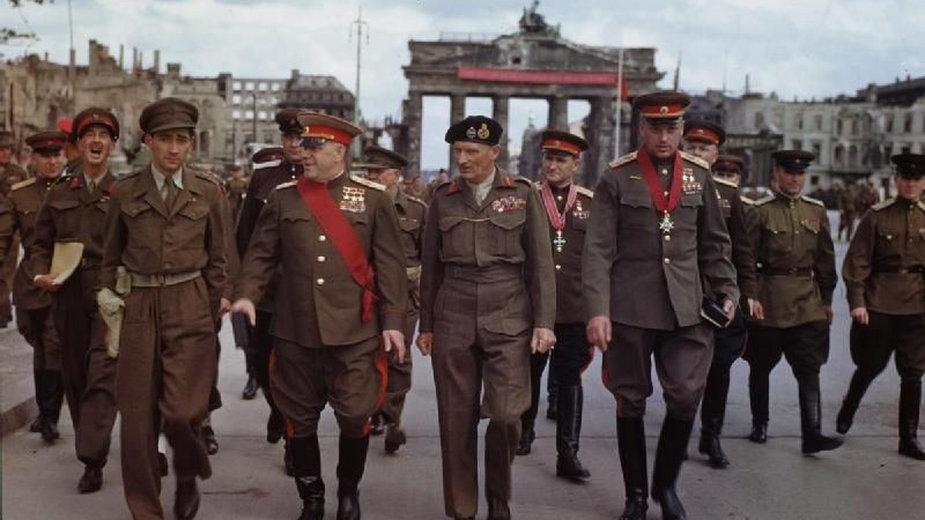 Marszałkowie Żukow, Montgomery i Rokossowski w Berlinie, przy Bramie Brandenburskiej. Symbol zwycięstwa nad Hitlerem