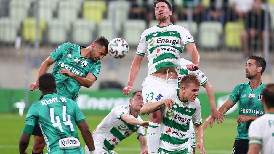 Mario Maloča (z numerem 23) od dłuższego czasu popełnia proste błędy, które często skutkują utratą bramki przez Lechię.