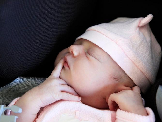 Sve više majki se OVAKO SLIKA s bebom: A to može da bude pogubno
