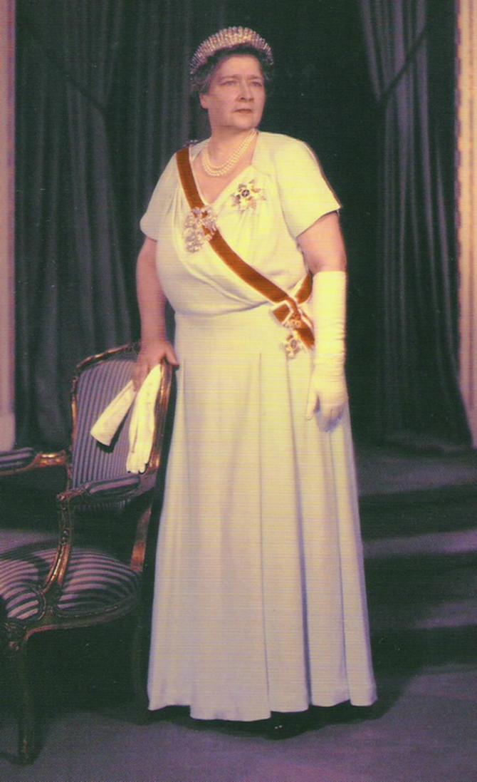 Kraljica je tijaru sa 875 kamenova prodala 1960. godine, kao i dijamantski broš belog orla, koji joj poklonio kralj Aleksandar. Za 10.800 funti kupio ih je trgovac Levi Koen za njujorškog kralja dijamanata Harija Vinstona