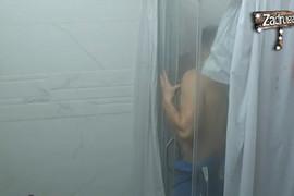 GOLI POD TUŠEM Ana i David zajedno u kupatilu, on izašao prvi pa joj dodao svoj peškir