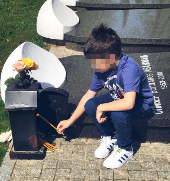 Sedmogodišnji Bogdan zapalio sveću na grobu svog oca