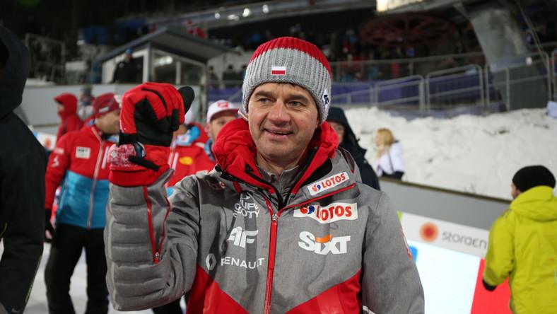 Kamil Stoch zajął pierwsze miejsce w klasyfikacji generalnej 65. edycji TCS, Piotr Żyła był drugi, a Maciej Kot czwarty. Już wówczas Austriak obiecywał, że nie spocznie na laurach. Teraz Stoch, Żyła, Kot i Dawid Kubacki w fińskim Lahti wywalczyli złoty medal MŚ. To 10. najcenniejszy krążek w historii występów biało-czerwonych w narciarskim czempionacie, ale pierwszy drużyny skoczków.