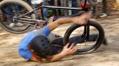 """Jechał rowerem i uderzył w drzewo. Zginął. """"Idziesz pojeździć i nie myślisz, że może się to skończyć tragedią"""""""