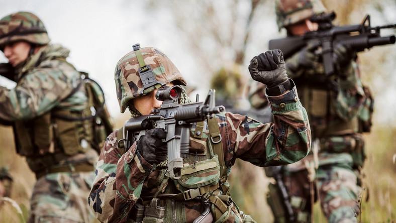 Sztokholmski Międzynarodowy Instytut Badań nad Pokojem publikuje raporty wydatków na zbrojenie od 1969 roku. Wydatki na obronność w 2015 roku wyniosły 1,67 biliona dolarów i wzrosły po raz pierwszy od 2011 roku.