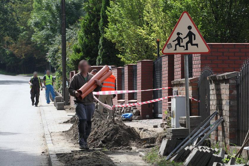 Drogowcy budują latarnie oświetleniowe na Łostowicach