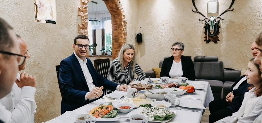 """Morawiecki chwali się wspólnym śniadaniem z rolniczą rodziną. Lider rolników oskarża go o ustawkę. """"Statyści wynajęci"""""""
