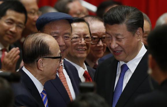 Li Ka Šing i Si Đinping tokom posete kineskog predsednika Hong Kongu 2017.