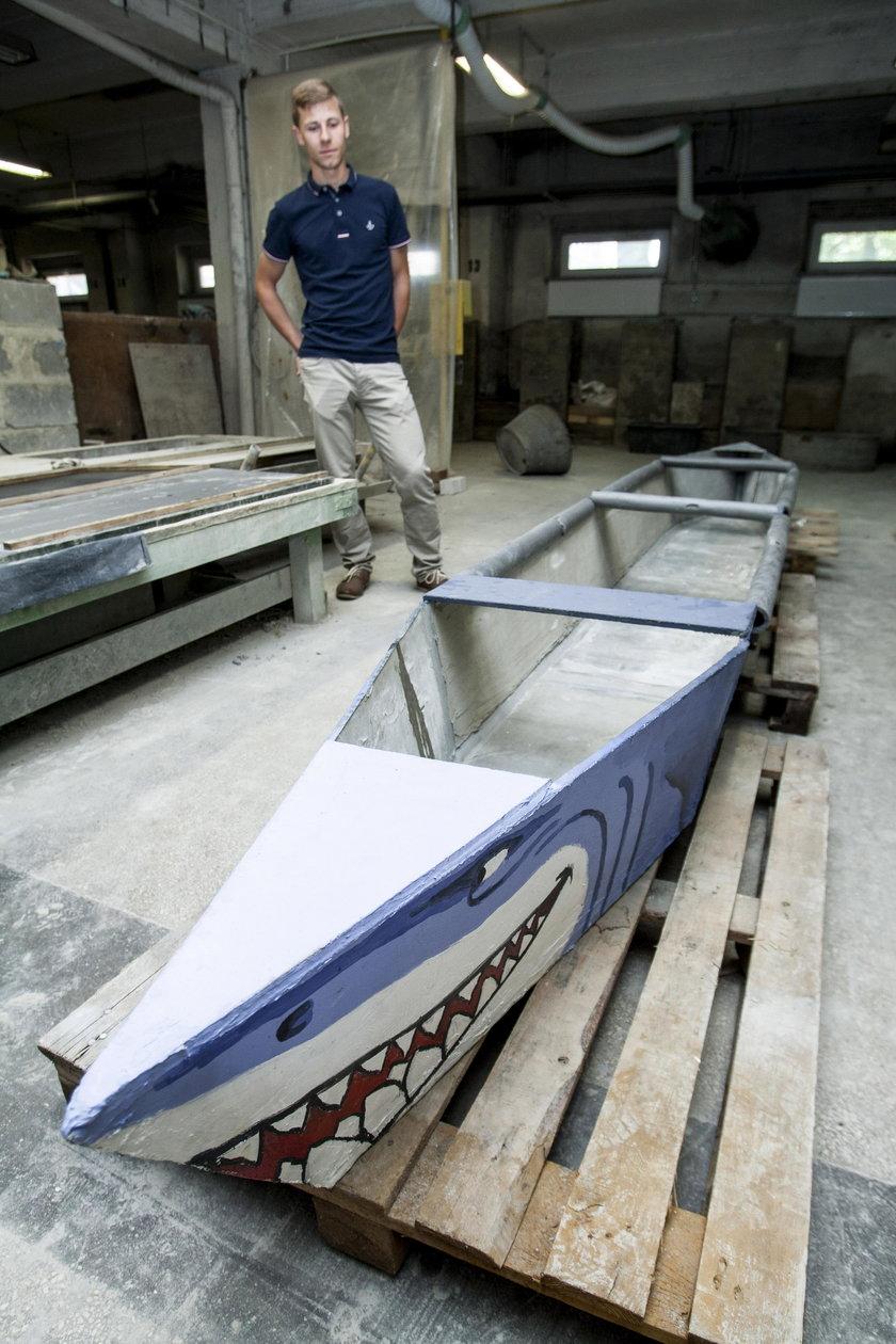 Kajak z betonu waży 105 kilogramów